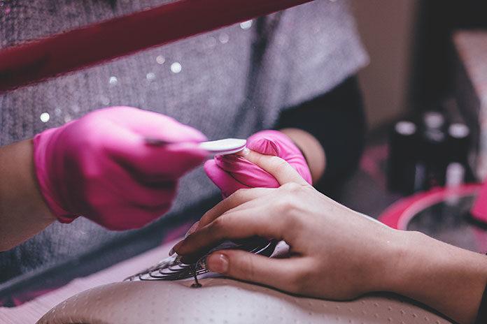 Trwałość i wygoda - jak manicure hybrydowy zrewolucjonizował świat kosmetyków