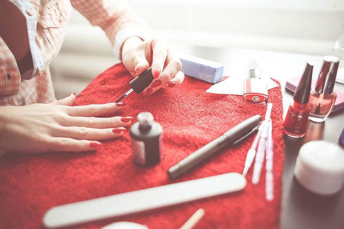 Jak estetycznie wykonać samodzielnie manicure?